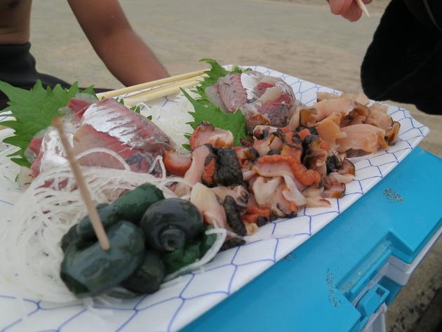 ランチは、もちろん海の幸を。BBQをしたり、定食屋に行ったり、その日によって色々あるようです。