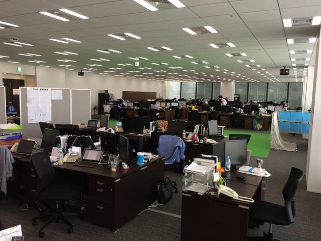 キックオフ直前の執務エリア。ほとんどの社員が会議室で観戦中というリアル