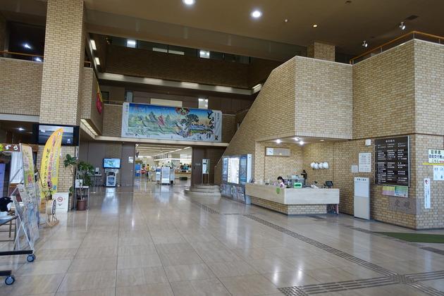 建物の中に入ると天井が高くて開放的な空間が広がっていました