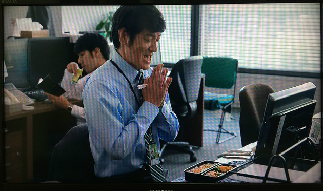 このシーンで注目すべきは、ココリコ田中さんのお弁当! …ではなく奥の緑色の椅子です