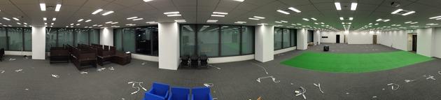 配線、床、壁などの工事が終わり、デスクと椅子だけが届いた状態
