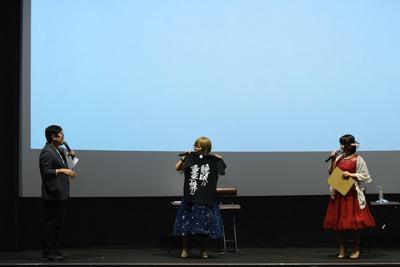 01_一挙上映会_左からMC跡部氏、たみやすともえ様、清水愛様