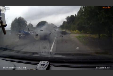 強烈なクラッシュ 目の前で3人が車から放り出される