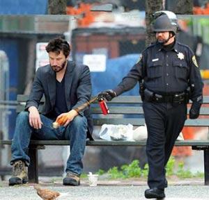 ネットミーム「催涙スプレーを使う警官」