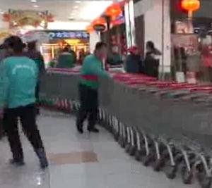 中国のスーパー・デパートでよく見る光景