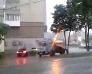 ロシア人は雨の日でも木に水をあげる心優しい民族