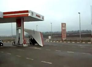 ロシアのガソリンスタンドでよく見かける光景