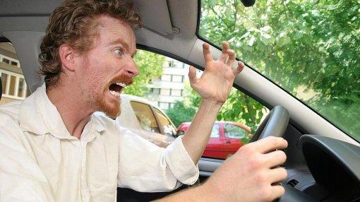 コンビニに車カス突っ込む。←エンジンかけたままドライブに入れて店内でウンコしてた←ちょっと珍しい