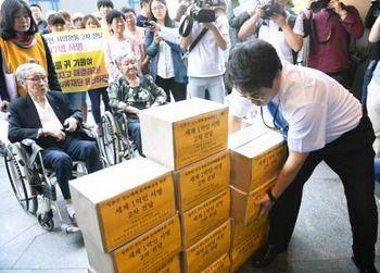 【韓国】元慰安婦ら署名渡す 合意破棄求め日本大使館に[09/13]