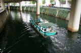 運河を走る清掃船