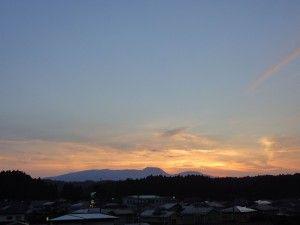 2012-08-29 自宅裏の高台から望むお山の夕景