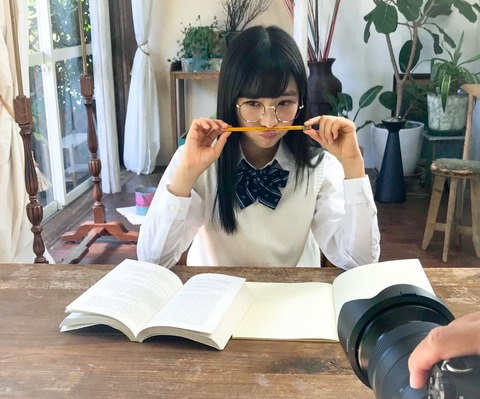 読書をしている小栗有以さん