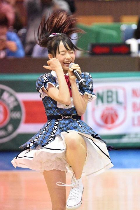 倉野尾成美さんのショートパンツ姿