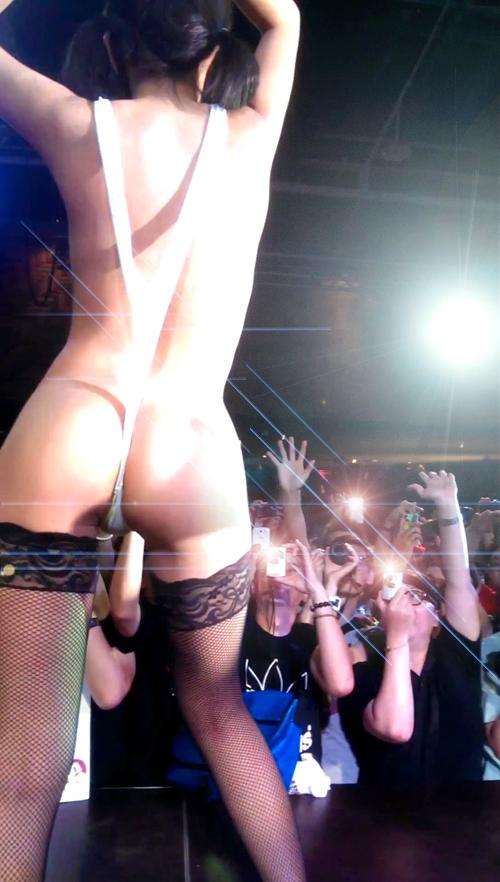最近のアイドルは ほぼ全裸ライブが当たり前らしい!?【変態仮面】
