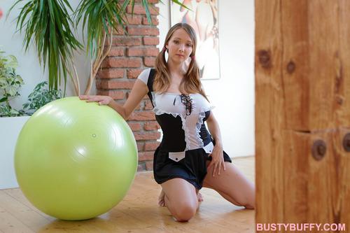 ルーシー・ワイルド-バランスボール-06