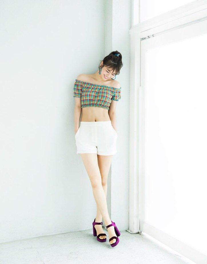 ミニスカート姿の佐藤晴美さん