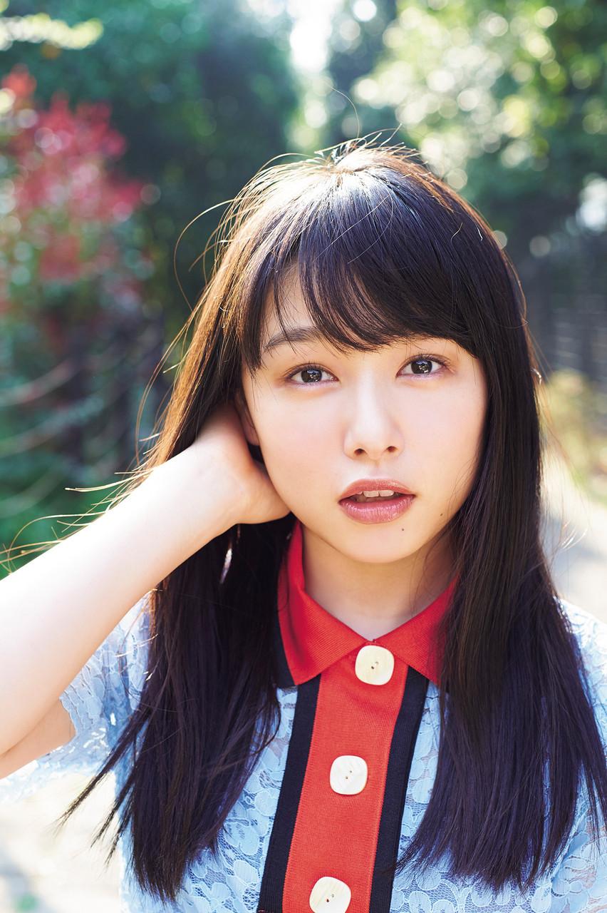 桜井日奈子:岡山の奇跡が「マガジン」グラビアで大人っぽく