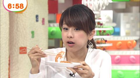 試食をしている加藤綾子
