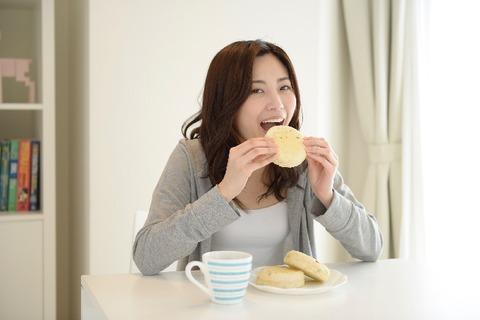 2357_TOP_食べる女