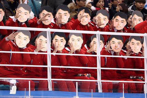 9aae941f-s ついに北朝鮮の応援団がやらかす! 修正しまくった金日成のお面を付けてアイスホッケーを応援