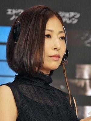 黒い衣装を着た松雪泰子