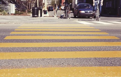 【悲報】車カス、本当に歩道を見ていない。通過したことすら気づかない馬鹿が多すぎて、男児が轢かれ意識不明……