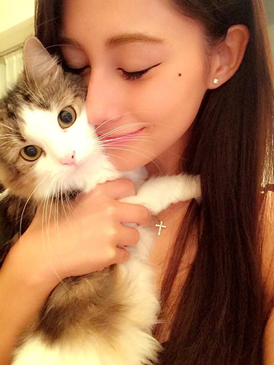 猫を抱っこするダレノガレ明美