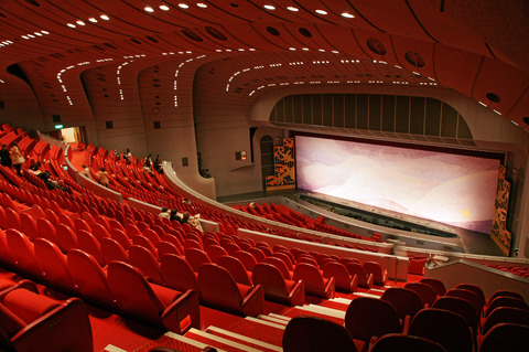 Takarazuka_Grand_Theater05s4s3104