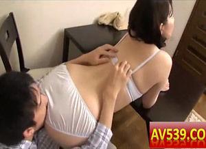 下着姿で尻を突き出した人妻のパンティごしに尻の臭いを嗅ぎまくります