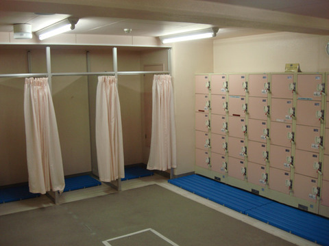 【世も末】プール更衣室で自撮りする女子中学生