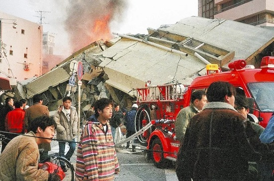 【画像】阪神大震災で崩壊したビルの前でぼう然と立ち尽くす安田大サーカス団長・・・