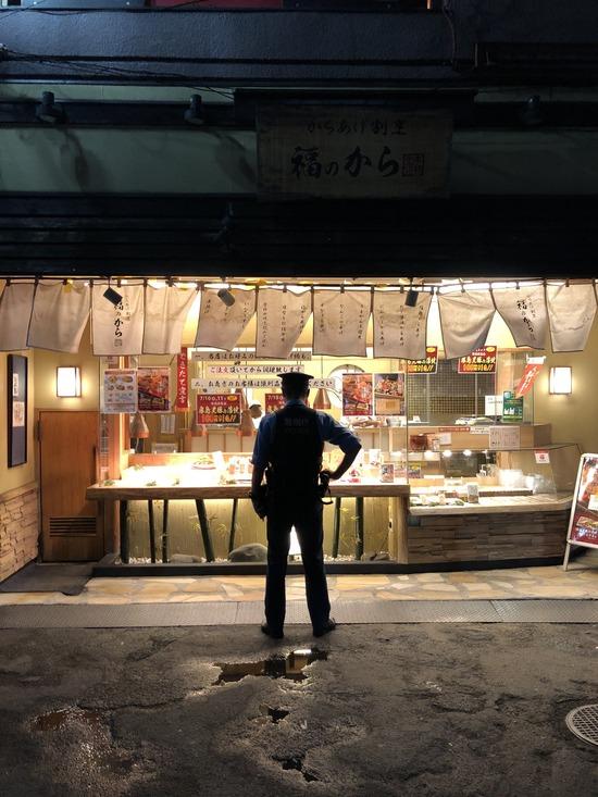 【画像】警官、仕事をさぼって唐揚げ買おうとしてしまう・・・