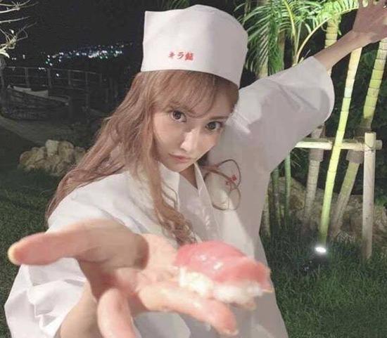 【画像】セクシー女優が握った寿司www