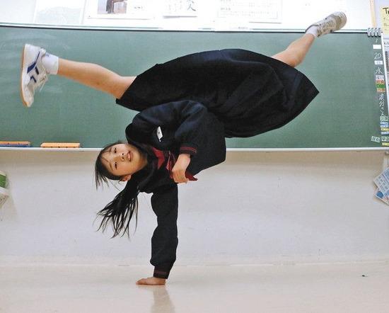 【画像】カポエイラ世界大会優勝のJCさん、教室で制服のまま必殺の逆立ち回転蹴りを披露www