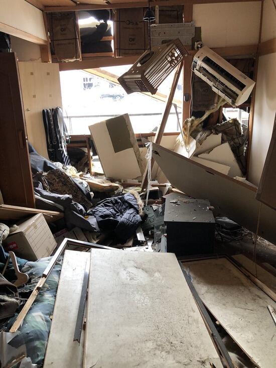 【画像】爆発温野菜の近くのアパートに住んでた人、部屋がぐっちゃぐちゃになる・・・