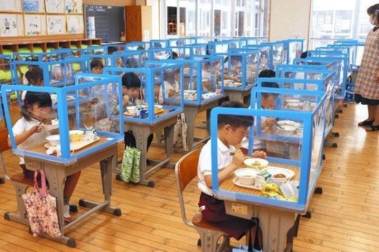 【画像】今時の小学生、とんでもない環境で給食を食べさせられる模様・・・