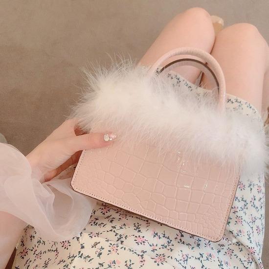 【画像】椎木里佳さん(22)、高そうなバッグを見せたいのか太ももを見せたいのか分からないwww