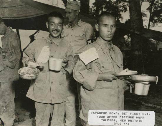 【画像】米軍に捕まった日本兵さん、屈辱の日々を味わい咽び泣く・・・