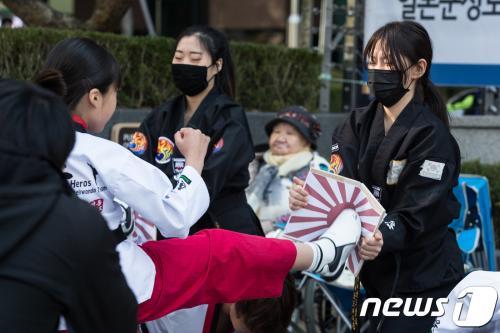 【韓国】テコンドーで旭日旗を撃破(写真)