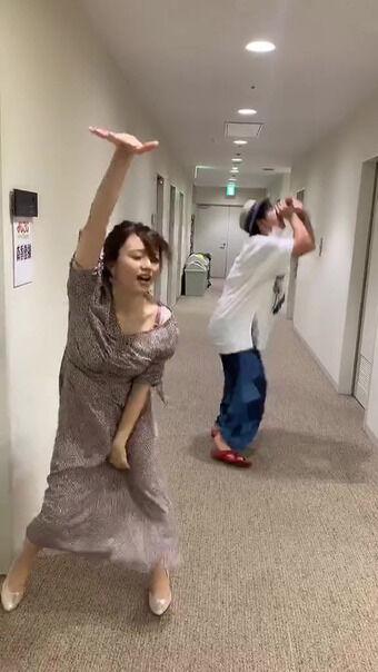 森香澄アナ 激しく踊りすぎてブラが露出してしまうハプニング!!【GIF動画あり】
