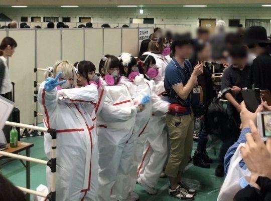 【画像】 アイドルのハグ会 フルアーマーで完全防御 「ヲタクは汚物ってことか」