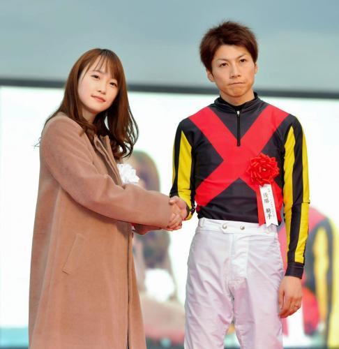 【阪神JF】プレゼンターの川栄李奈と握手する石橋脩の写真wwwwwwwwwww