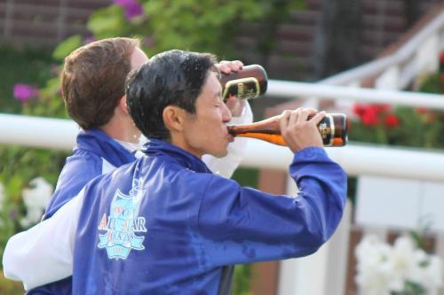 【競馬ネタ】競馬場って昼間からビール飲んでる奴がたくさんいてさ、