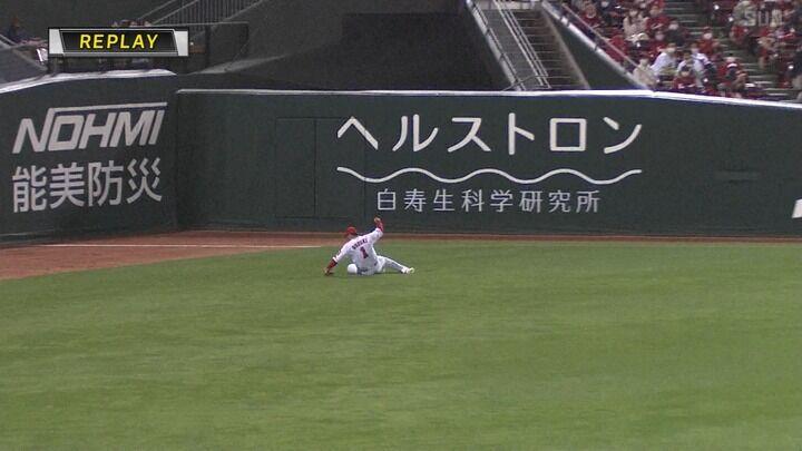 カープ鈴木誠也、レーザービームで佐藤輝明の進塁阻止!