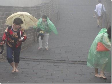 霧の影響で滑りやすくなっている長城