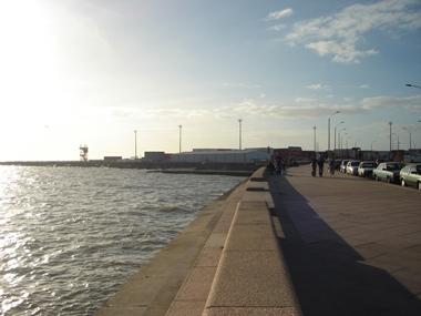 昼の海岸沿い