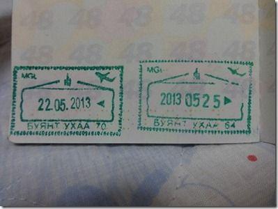 モンゴル入出国スタンプ ↑モンゴルの出入国スタンプ。左が入国スタンプ、右が出国スタンプ 【国際.