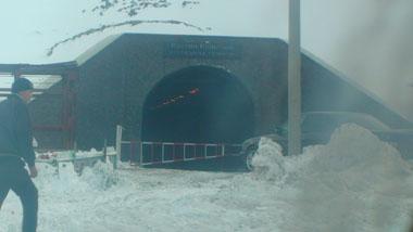 ビシュケクオシュ間でトンネル待ち