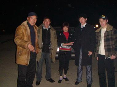 キルギスの山の中で乗り合いタクシーの乗客達と