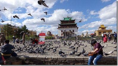 ガンダン寺の境内の光景 拡大可